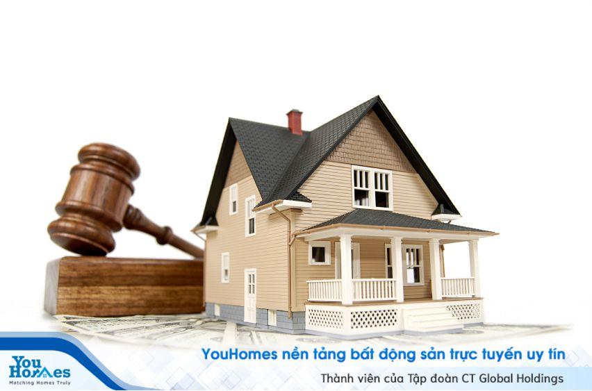 Nhà tái định cư được hiểu là nhà ở được xây dựng để phục vụ cho việc tái định cư.
