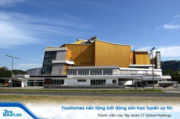 Ngắm trung tâm hòa nhạc mạ vàng mang thiết kế hình vương miệng