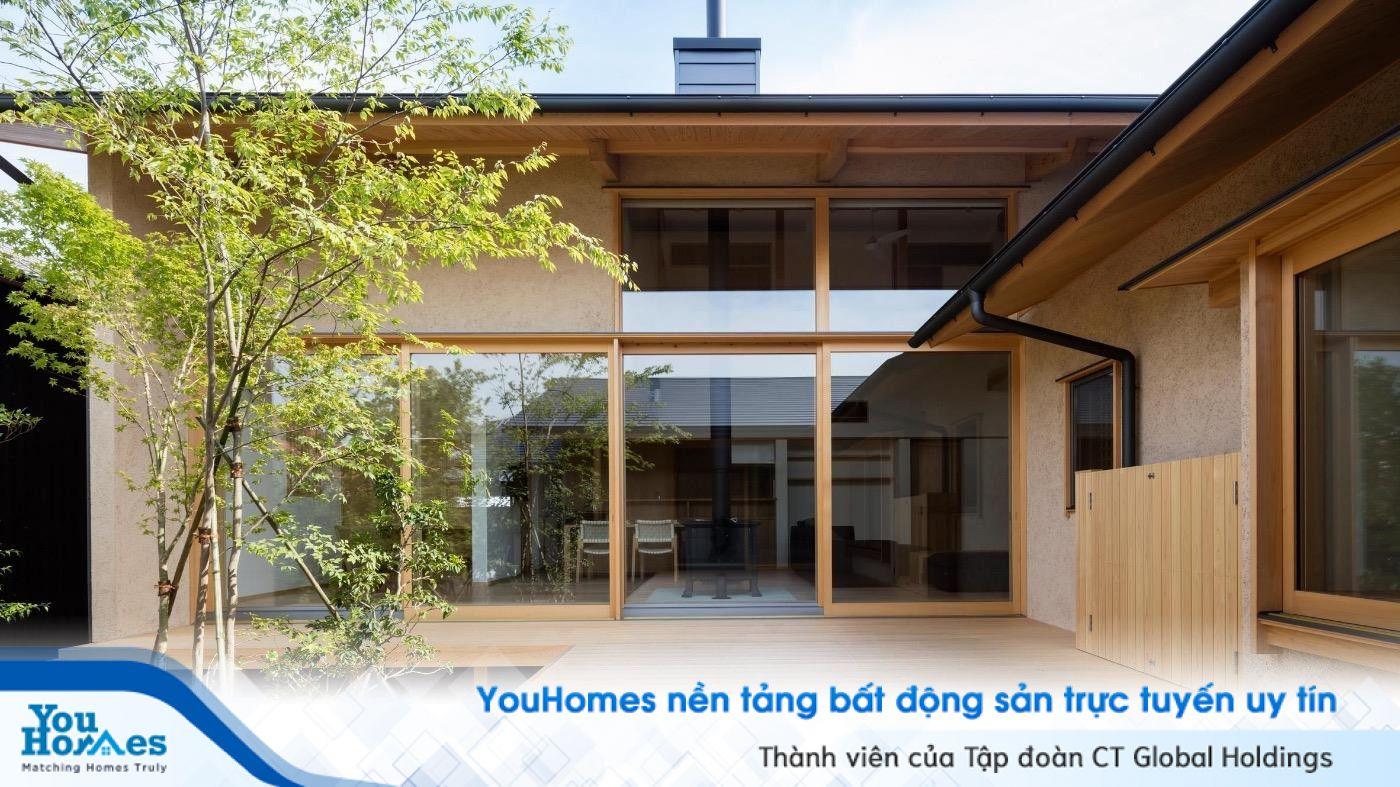 Ngôi nhà gỗ với phần mặt tiền bằng kính giúp căn nhà kiểu Nhật tràn ngập ánh nắng.