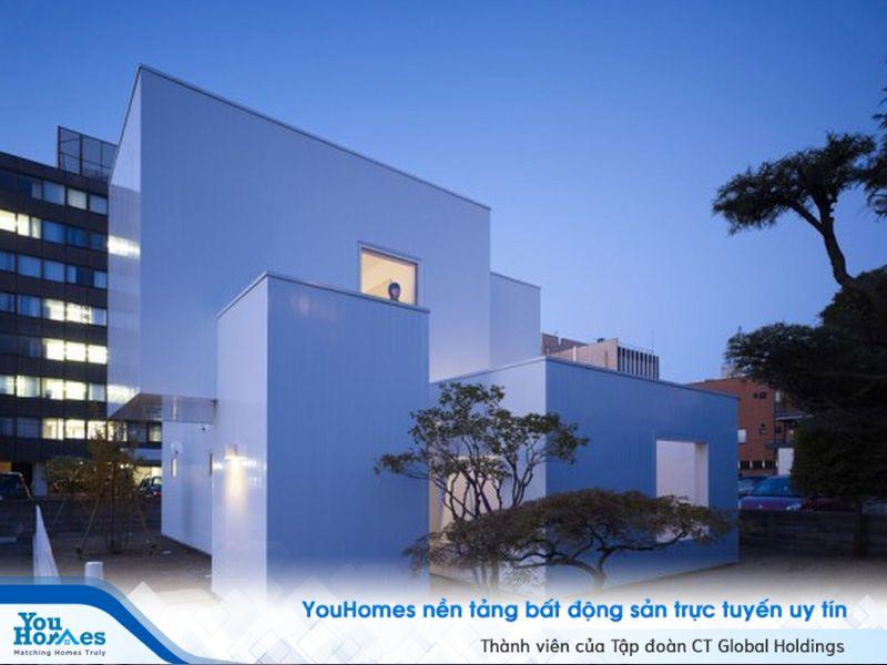 Màu trắng hoàn toàn giúp căn nhà kiểu Nhật như một khung cảnh đến từ tương lai.