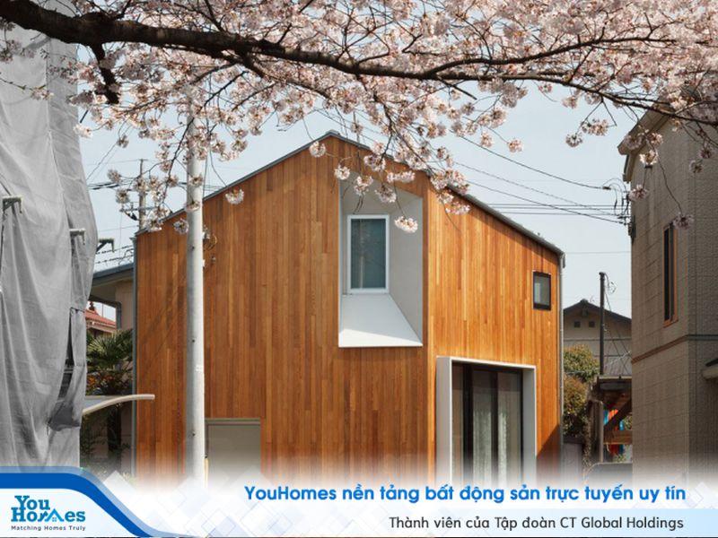 Căn nhà kiểu Nhật với phần bên ngoài được ốp gỗ hoàn toàn.