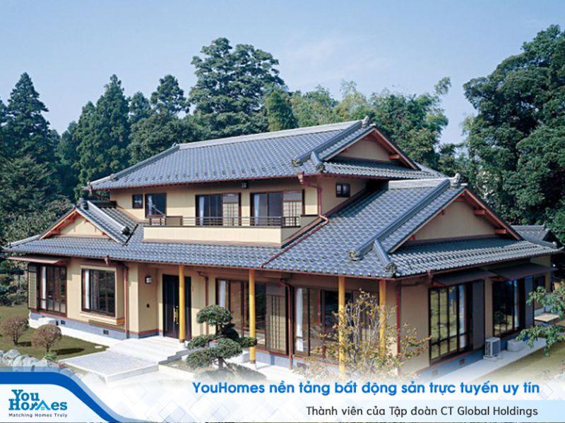 Nhà kiểu Nhật truyền thống với những đường nét mái nhà đặc trưng và cầu kỳ.