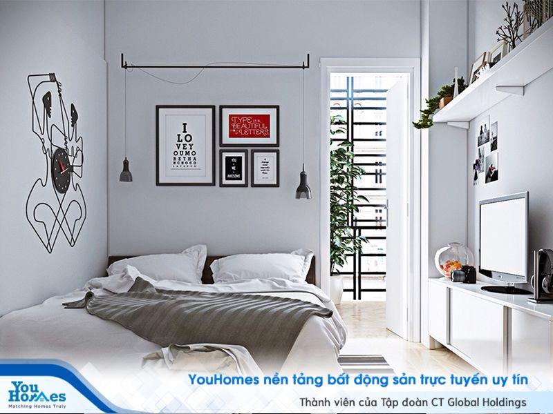 Phòng ngủ hẹp trở nên thông thoáng hơn nhờ phần ban công xanh mát.