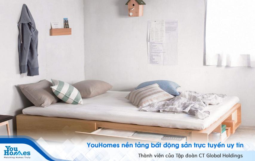 Phòng ngủ nhỏ hẹp 10m2 với chiếc giường trở thành một ngăn tủ để đồ cực kỳ tiện lợi và nhỏ gọn.