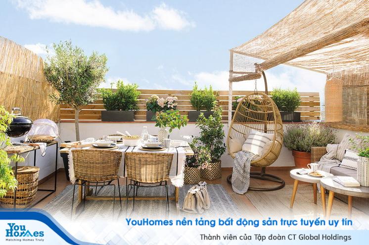 Gỗ và nan tre đan lát kết hợp cùng cây cỏ tạo nên một không gian lý tưởng cho sân thượng nhà phố hiện đại.
