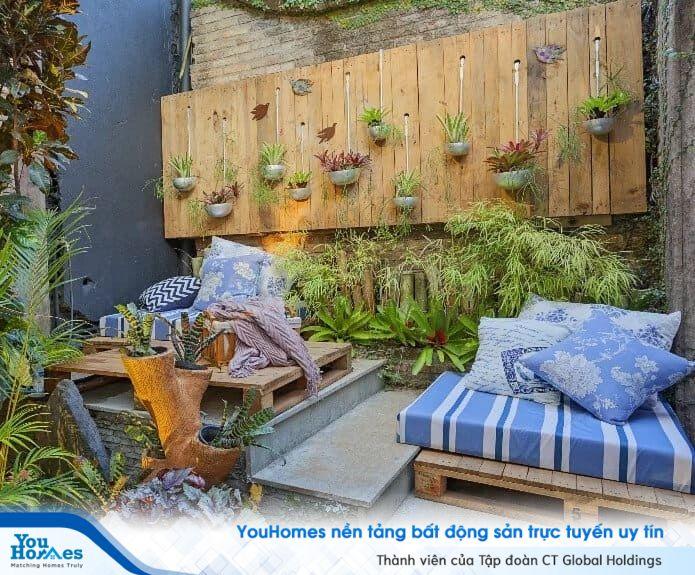 Bức tường ốp gỗ trở thành một nơi trao chậu cây độc đáo giúp sân thượng nhà phố hiện đại trở nên cực thu hút.