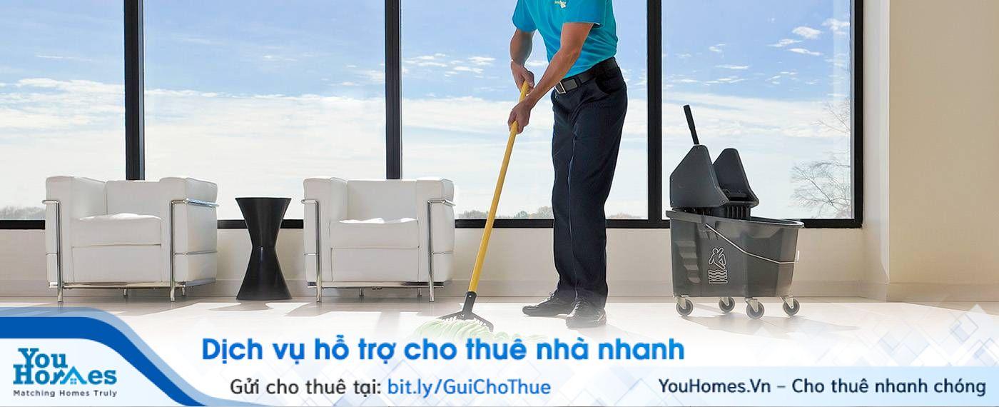 Nhân viên vệ sinh lau dọn những khu vực công cộng và thu gom rác thải mỗi ngày ở chung cư mini.
