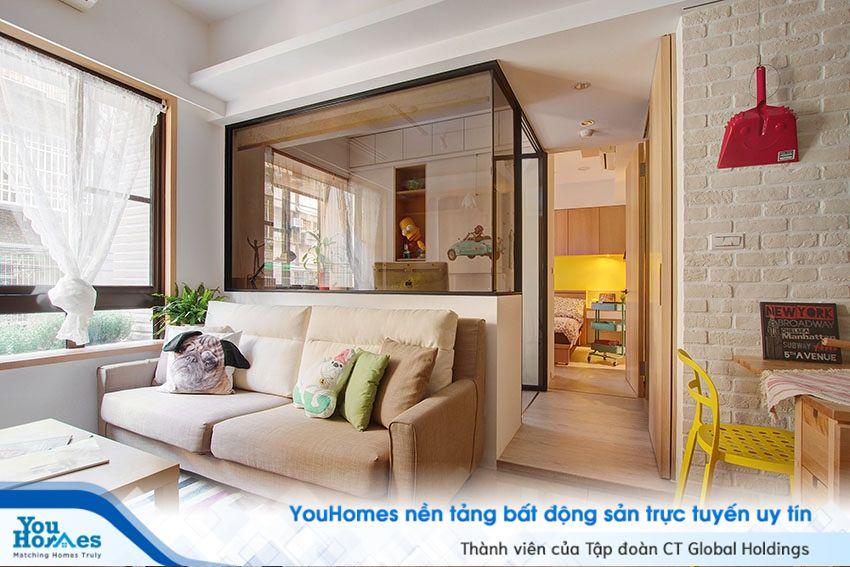 Những vách ngăn bằng kính cùng thiết kế cửa sổ kích thước lớn giúp ngôi nhà nhỏ hẹp luôn thông thoáng.