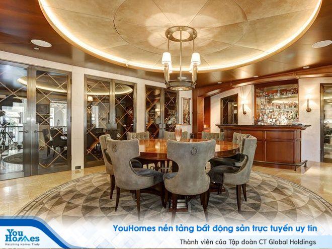 Quầy bar cũng hầm để rượu với đồ nội thất gỗ cao cấp, đem lại không gian sang trọng và tinh tế.