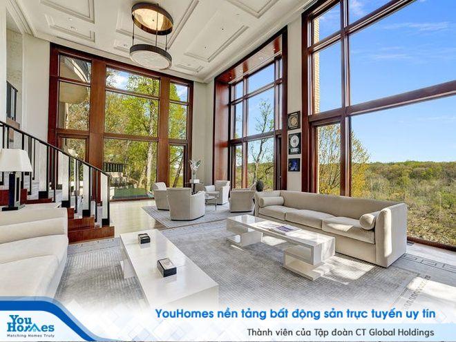 Không gian phòng khách biệt thự tinh tế với hệ thống cửa kính cỡ lớn.