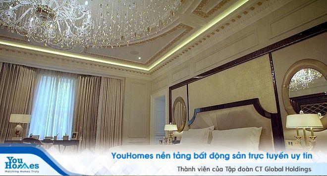 Phòng ngủ của biệt thự 300 triệu USD với phần trần trang trí đèn pha lê tinh tế.