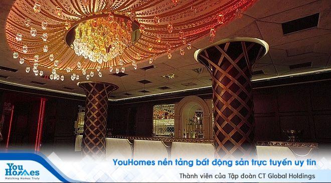 Quầy bar của căn biệt thự với thiết kế màu sắc trang nhã cũng đồ nội thất siêu cao cấp.