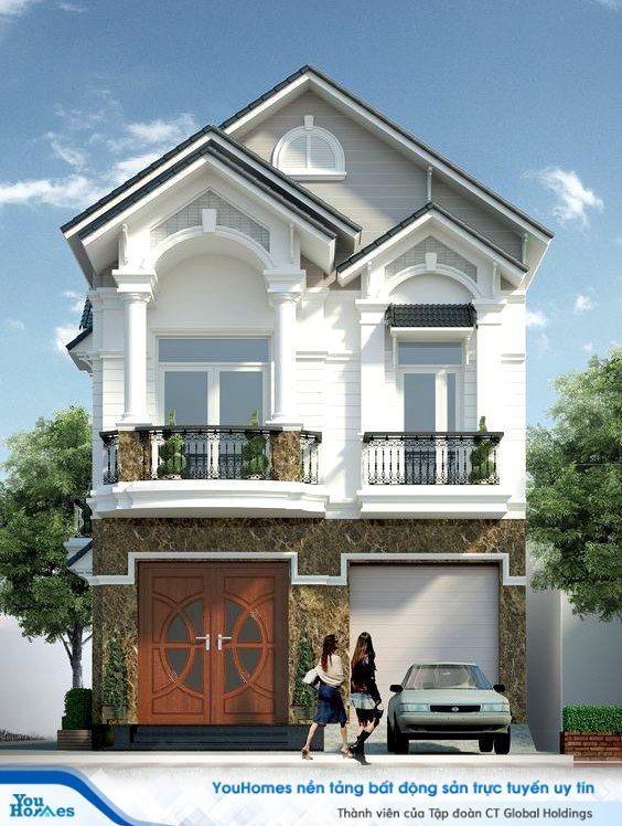 Đá cẩm thạch giúp mặt tiền ngôi nhà 2 tầng mái thái trở nên cực kỳ sang trọng.