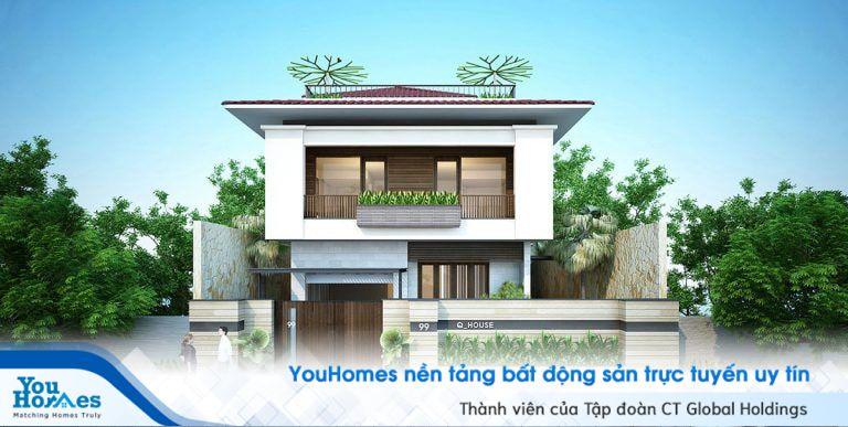 Cánh cửa gỗ bên ngoài làm nên sự tinh tế cho ngôi nhà 2 tầng mái thái cũng phần ban công độc đáo.