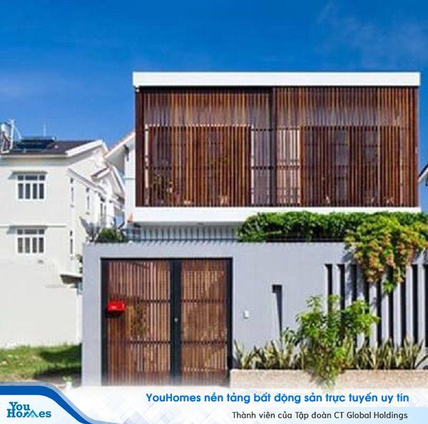 Sử dụng những thanh lam bằng gỗ để tạo điểm nhấn cho ngôi nhà.