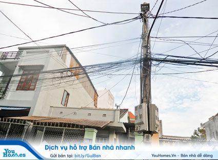 Khi mua đất xây nhà ở, bạn nên tránh những vi trí đất có nhiều dây điện.